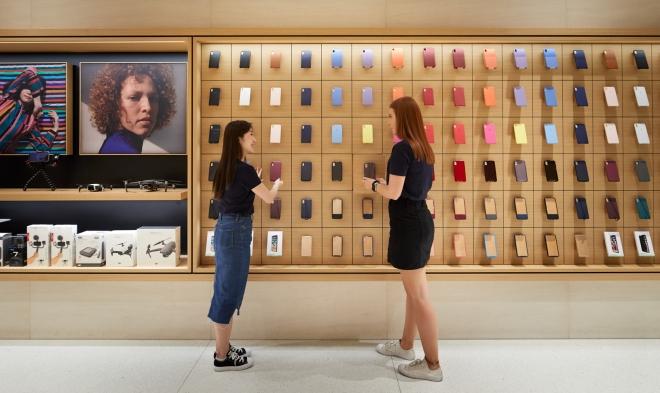 Apple-Marunouchi-opens-saturday-in-Tokyo-team-members-prep-store-090419